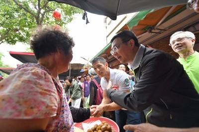 何志偉、吳怡農掃街 吳太太:國家「肌」器動起來