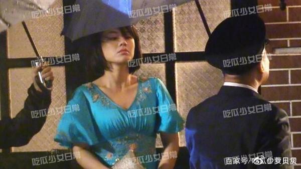 近日網上流傳《第一爐香》片場照,馬思純穿著水藍洋裝,體型富泰,書迷因而崩潰。(翻攝微博)