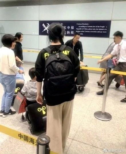 ▲網友在機場捕獲大S一家。(圖/翻攝自微博)
