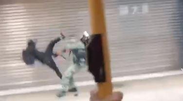 示威者飛踢港警 疑搶奪槍支