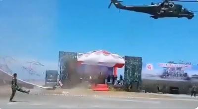 閱兵直升機超低空飛過 險吹翻VIP席