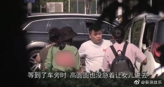 ▲高圓圓帶女兒探班老公趙又廷。(圖/翻攝自微博/新浪娛樂)