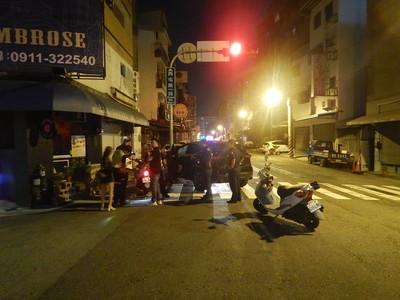 酒駕男躲警車 自撞燈桿、引擎蓋冒煙