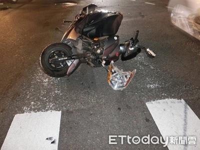 機車左彎撞汽車 噴飛後墜地仍能坐穩身體