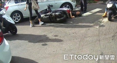 BMW左轉…機車撞到「翹孤輪」 女騎士慘摔