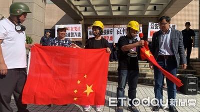 焚燒五星旗!台聯黨赴移民署抗議