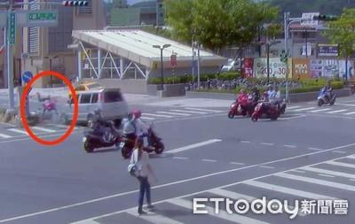 「粉紅熊貓」遭撞飛 目擊民眾嚇傻