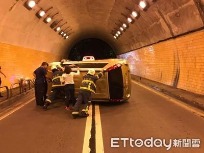北市懷恩隧道廂型車自撞翻車