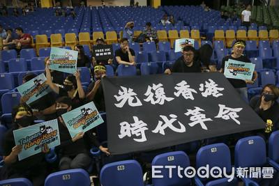 聲援反送中 台灣球迷舉布條