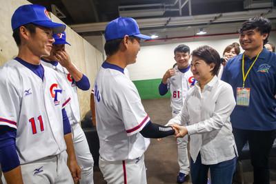 送水果加油 中華球員撩盧秀燕:見到妳就有信心