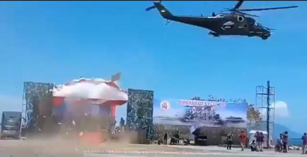 ▲▼印尼Mi-35P攻擊直升機,超低空飛行吹翻觀禮台。(圖/翻攝自Sukhoi Su-57 frazor twitter)