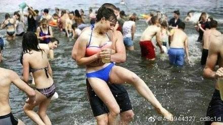 ▲▼烏克蘭潑水節。(圖/翻攝自微博)
