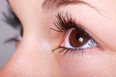 雙眼紅腫 隱形眼鏡1個月沒拆