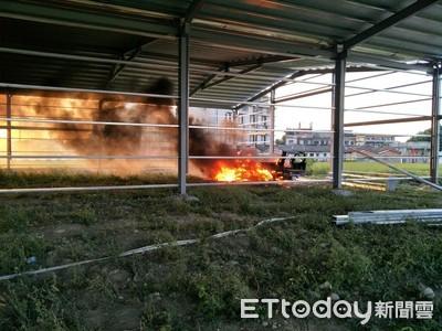 鐵架施工火燒車 疑是焊接落火星