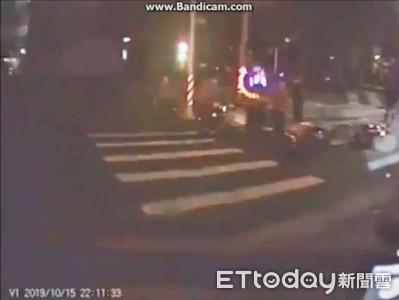 快訊/外送員深夜停紅燈遭撞!追撞騎士手腕變形