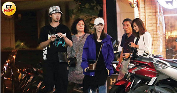 陳柏霖帶著父母、妹妹等家人一起吃燒肉,交往7年的女友庭萱也以準媳婦之姿,參與這場家庭聚會。(圖/攝影組)