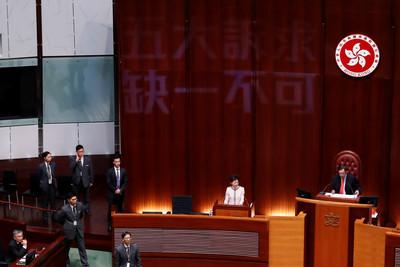 林鄭發表《施政報告》突暫停
