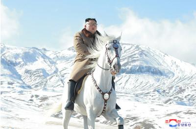 金正恩初雪中騎白馬登白頭山頂