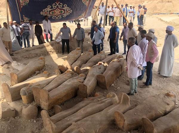"""埃及出土20具千年古棺,碑文表面""""色彩+绘画""""很清晰"""