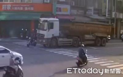 警提醒注意大車內輪差保持距離