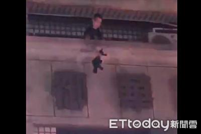 快訊/韓國瑜請假day1!高雄男扔衝鋒槍與警對峙