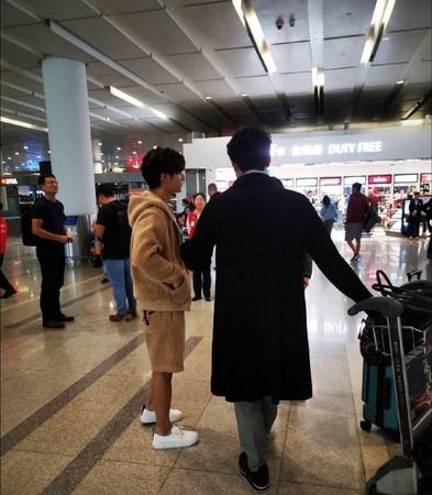 ▲網友在機場偶遇明道與炎亞綸。(圖/翻攝自微博/新浪娛樂)