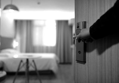 凌晨2點隔壁房「狂喊救命」房務開門看嚇壞了