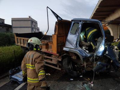 貨車輾輪胎墜15公尺亡 警要找主人