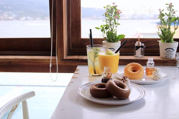窗外一片蔚藍!淡水Ancre café 安克黑咖啡 小熊蜂蜜鬆餅超萌