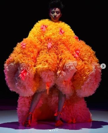 ▲▼木村光希一身黃橘巨型蓬裙引發爭議。(圖/翻攝自IG/木村光希)