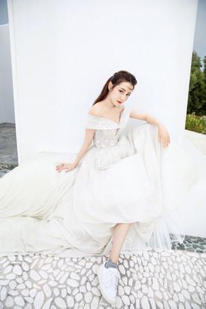 ▲迪麗熱巴穿婚紗。(圖/翻攝自微博/迪麗熱巴)