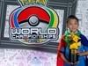 吳比在《寶可夢》世錦賽奪冠身披國旗 吳比媽:主辦單位本來要他拿掉