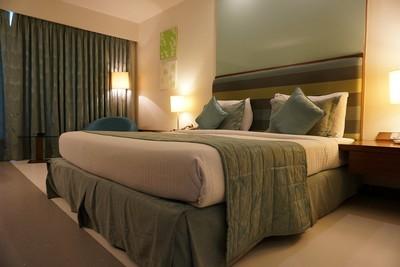 飯店床上憑空多出妹子!洋男以為喝ㄎㄧㄤ倒頭睡 下秒嚇瘋:她飄在天花板上笑