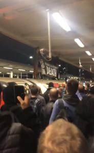 環團爬上地鐵車頂抗議 被通勤族拖下