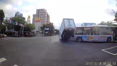 公車轉彎沒禮讓 小貨車直撞「飛起來」