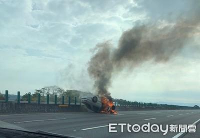 獨國道四號小客車翻覆起火