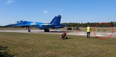 蘇-27戰鬥機強勁氣流「吹飛工作人員」