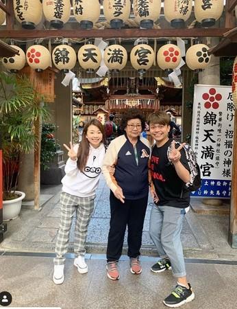 ▲蔡阿嘎一家到日本旅遊。(圖/翻攝二伯IG)