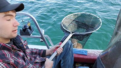 釣魚撈到短尾貓 暖家庭送回山林