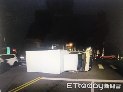 十字路口未減速 休旅車撞翻3噸半貨車