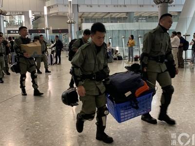 香港今遊行「防暴警進駐」持長槍、鐵箱進出
