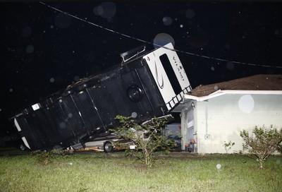 龍捲風橫掃佛州 拖車捲上屋頂