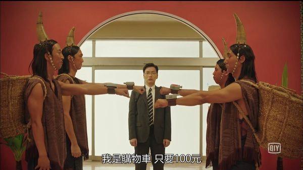 巴雅族人在千里馬超市當人力購物車,在劇中飾演店長的李東輝一上班也看傻眼。(翻攝自愛奇藝)