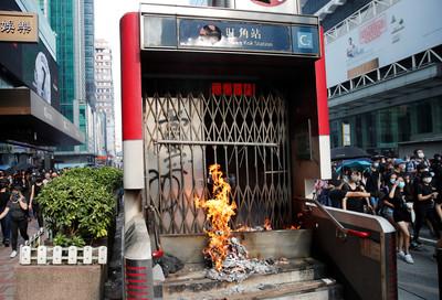 示威者「火燒」多個港鐵站