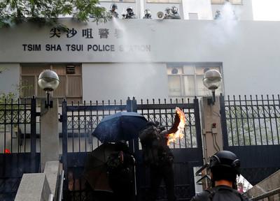 尖沙咀警署爆發大衝突