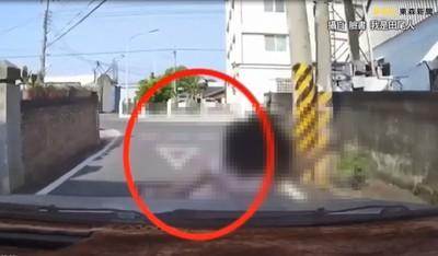 女童小巷衝出 遭車猛撞重摔滾地