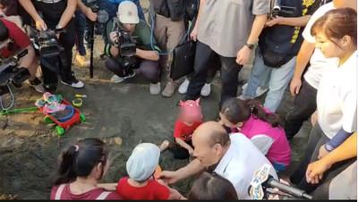 韓國瑜幫挖沙 女童搶回玩具喊「不要」