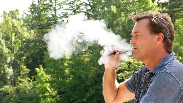 抽2年電子菸 19歲男肺結滿油塊「變2大片肥培根」!4個煙商不敢說的上癮故事