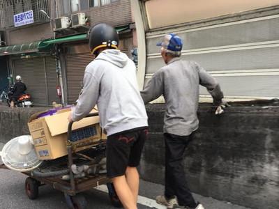 機車停橋上!三峽溫暖大男孩幫瘦弱伯推回收車萬人讚爆