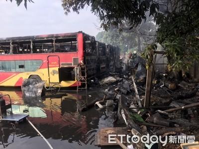 台西客運工寮大火 吞噬5報廢遊覽車